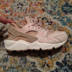 Nike Shoes - Nike Huaraches women's size 9